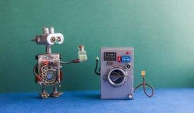 机器人自动化洗衣房 银色洗衣机,内部绿色的墙壁,蓝色地板 滑稽的玩具创造性的设计 免版税库存照片