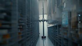 机器人装载者工作在药房仓库里 机器人选择在许多架子中的期望产品与另外produ 股票视频