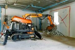 机器人设备毁坏房子的墙壁 免版税库存图片