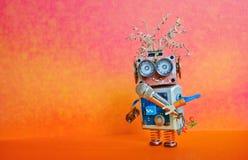 机器人话筒唱歌歌曲 音乐演讲表现海报设计 兴高采烈的面孔靠机械装置维持生命的人玩具,红色橙色明亮 免版税库存照片