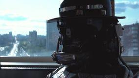 机器人首肩特写镜头细节  英尺长度 细节,金属看法背景的机器人人螺丝  股票视频