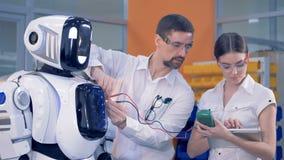 机器人` s运作的参量的测量的过程由两位工程师举行了 股票视频