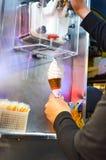 从机器出来的冰淇凌 免版税库存照片