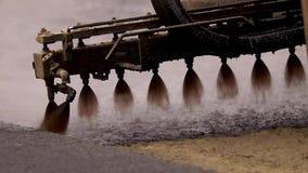 机器喷洒在新的路的沥清 涂柏油的 股票视频
