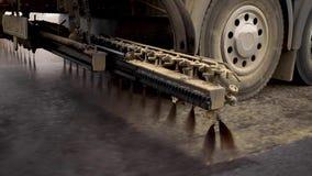 机器喷洒在新的路的沥清 涂柏油的 影视素材