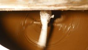 机器在工厂混合黑暗的巧克力 股票录像