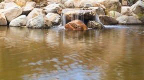 机器寿命、koi鱼和瀑布在一个池塘在南加州 库存图片