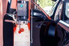 机器检查在汽车里面的马达技工 免版税图库摄影
