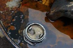 机器润滑油和油罐头 免版税库存照片