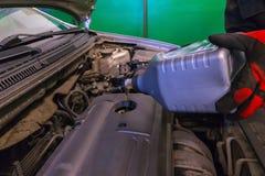 机器润滑油倾吐 库存照片