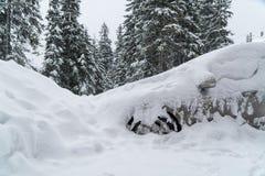 机器用雪飞雪盖 恶劣天气 很多雪 免版税库存图片