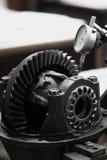 机器的齿轮在传动箱,传输的力量从引擎到轮子,车机器设备,修理机器工作 图库摄影