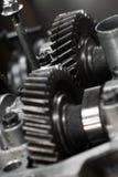 机器的齿轮在传动箱,传输的力量从引擎到轮子,车机器设备,修理机器工作 库存照片