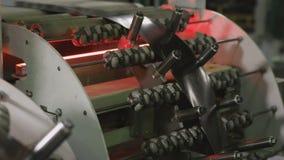 机器通过钢片在路辗喷管特写镜头之间 股票视频