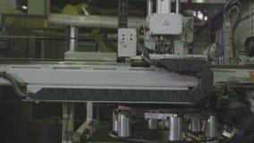 机器采取轮胎外缘运输对操作特写镜头 股票录像