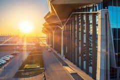 机场主楼机场普尔科沃日落晚上 大教堂城市isaac最大的正统彼得斯堡俄国俄国s圣徒sobor视图 2018年4月15日 免版税图库摄影