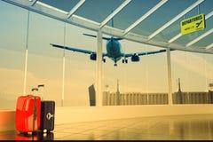 机场乘客走廊和五颜六色的手提箱 库存照片