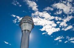 机场交通控制塔有天空和云彩的背景 图库摄影