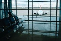 从机场休息室窗口的飞机视图在机场终端 库存图片