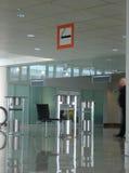 机场区抽烟 免版税库存照片