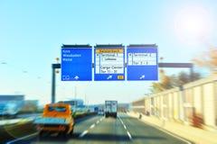 机场去的高速公路指示符符号 免版税库存照片