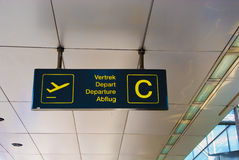 机场启运多语种符号 免版税库存照片