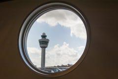 机场命令塔把窗口进行下去 免版税库存照片
