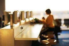 机场咖啡馆互联网 图库摄影