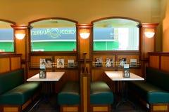 机场咖啡馆内部 免版税图库摄影
