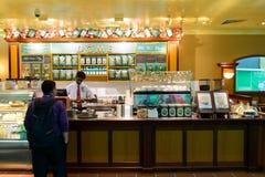 机场咖啡馆内部 图库摄影