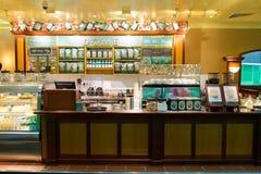 机场咖啡馆内部 免版税库存照片