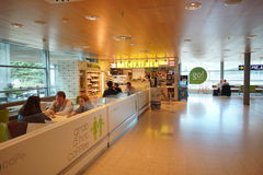 机场咖啡馆内部 免版税库存图片