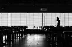 机场咖啡馆剪影的走的人 免版税库存照片