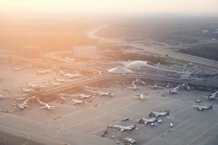 机场国际sheremetyevo 小组苏航飞机 免版税库存照片
