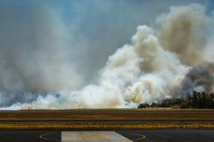 机场在El Salvadore,中美洲的灌丛火 免版税库存图片