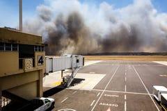机场在El Salvadore,中美洲的灌丛火 库存图片