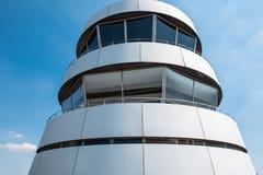 机场塔有大窗口的反对蓝天 免版税库存照片