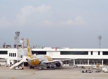 机场大厦、周围的辅助部件飞机的和服务 免版税库存照片