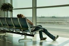 机场女孩偏僻等待 免版税库存照片