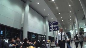 机场安全卫兵在看照相机的卫兵站立尼诺伊・阿基诺国际机场大厅大厅 影视素材