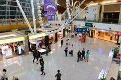 机场对走道的门内部 免版税图库摄影