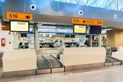 机场对走道的门内部 库存图片