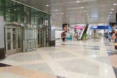 机场对走道的门内部 图库摄影