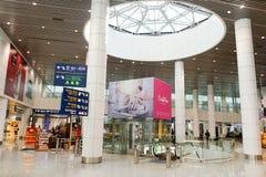 机场对走道的门内部 免版税库存照片