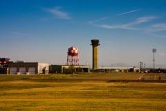 机场小的塔 库存照片
