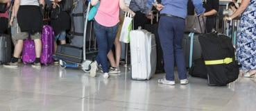 机场带着手提箱的行李台车,未认出的人妇女走在机场的,驻地,法国 免版税库存图片