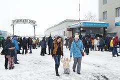 机场彼得罗巴甫洛斯克Kamchatsky,乘客区域出口从平台和机场提取行李区的 免版税库存照片