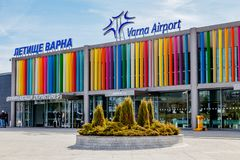 机场把游人带对黑海的手段由保加利亚航空公司 建造者 瓦尔纳 11 03 2018年 免版税库存图片