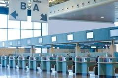 机场报道登记柜台 免版税库存照片