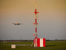 机场无线电铁塔和土地使飞机降落 库存图片